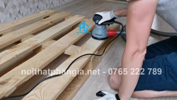 Chà nhám bề mặt gỗ bằng giấy giáp. Đây là bước quan trọng nên bạn cần chà kỹ để nước sơn lên bề mặt được đẹp