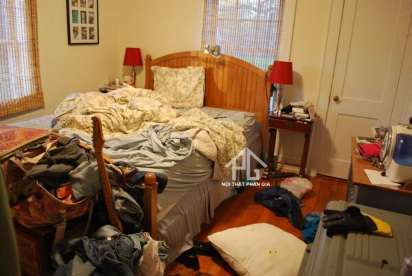 nhiều vật dụng trong phòng ngủ