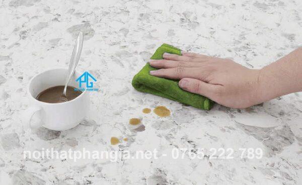 nguyên nhân gây ố vàng bàn ăn mặt đá